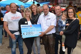 Bei der Scheckübergabe: Andrea Pecile (rechts) und Kollegen mit Martin Treffner (Mitte) von der Kinderkrebshilfe