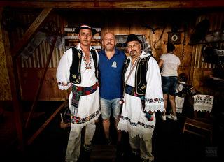 """Während des Fotoshootings für einen Fotokalender des wiener Vereins """"Kultur Sport Verein Brcko Distrikt"""" wurde dieser Schnappschuss gemacht. Kroatische Folklore aus Bosnien werden die Bilder im Kalender zeigen, welcher anlässlich des 10-jährigen Jubiläums des Vereins produziert wird."""