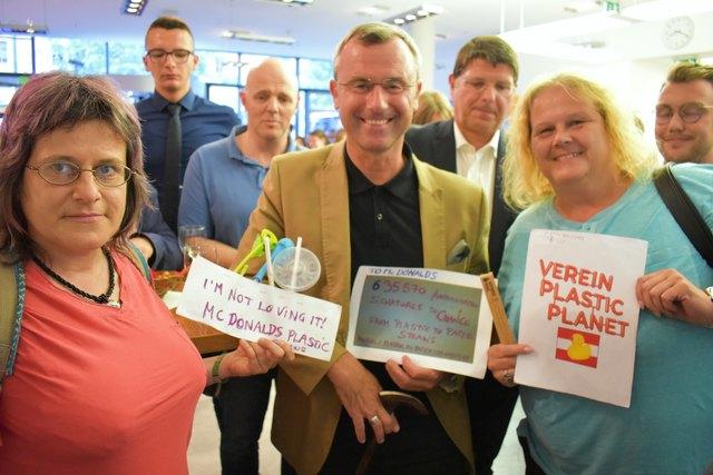 Der Verkehrs und Innovationsminister Norbert Hofer unterstützte Mitglieder des Vereins Plastic Planet Austria bei der Plastikreduktion von McDonalds mit der Aufforderung zu Papiertrinkhalmen zu wechseln.