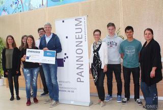 850 Euro für den Sterntalerhof - die Schüler des Pannoneum Neusiedl am See übergaben ihre Spende.