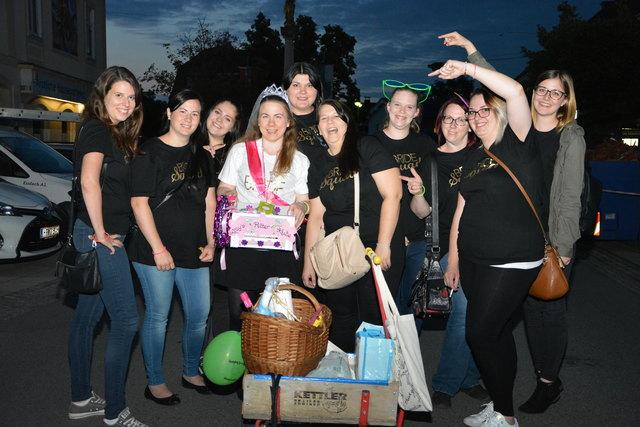 Bride Squad: diese Poltergruppe, um Maria Mayerhofer, lief in Burgau der WOCHE-Kamera in die Linse.