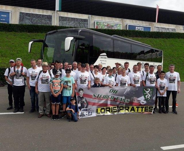 """Die """"Steirer-Fans"""" aus Wettmannstätten reisten mit einem Bus nach Spielberg, um Loris Prattes am Red Bull Ring zu unterstützen."""