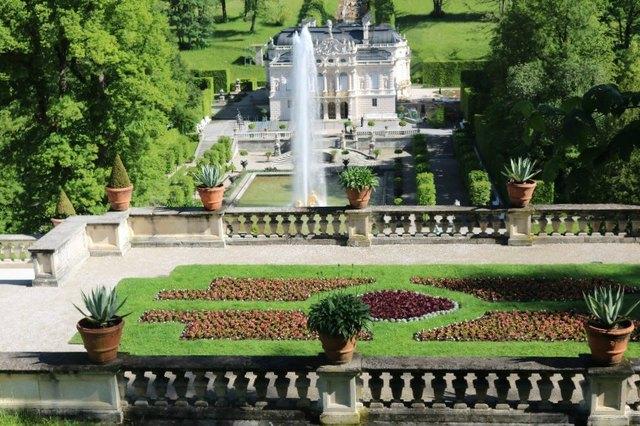 Auch in diesem kleinen Schloss schuf Ludwig II. sich eine Traumwelt für sich allein! Leider wurde hinter dem Schloss am Hang die  künstliche Venusgrotte derzeit renoviert!
