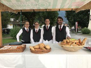 Schülerinnen und Schüler der TS Bramberg servierten Kaffee und auch Gebäck dazu.