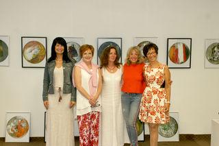 """Anna Chalupa (Mitte) spricht mit ihren nach eigenen Angaben """"zustandsorientierten"""" Bildern aber nicht nur Frauen an."""