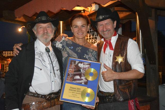Fritz und Sascha Wurglits begrüßten Anita Wagner zur CD-Präsentation. In Deutschland erzielte die Oberdorferin bereits Doppel-Gold.