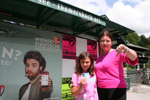 Daumen nach unten: Anita Petrovic und deren Tochter Yvonne bei der Bushaltestelle in Thumersbach.