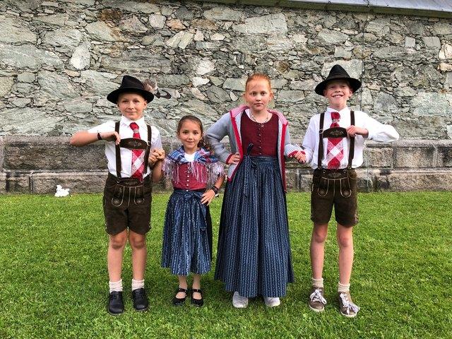 Maxi, Magdalena, Magdalena und Tobias von der Hundstoana-Heimatgruppe