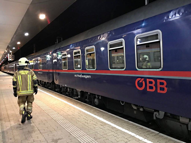 Die Stadtfeuerwehr Landeck musste einen eingeklemmten Zug-Passagier aus seiner misslichen Lage befreien.