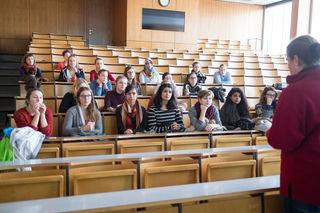 Der VSStÖ kritisiert das Bildungspaket der Uni Innsbruck - die Reduzierung von Prüfungsantritten wurde zugunsten der Befreiung von Studiengebühren von erwerbstätigen StudentInnen gemacht.
