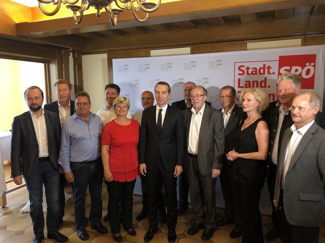 Verstärkter Austausch mit der Kommunalpolitik: Christian Kern (Mitte) mit den SPÖ-Bürgermeistern aus dem Bezirk im Gasthof Pendl in Kalsdorf