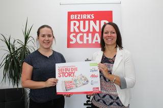 BezirksRundschau-Teamassistentin Bianca Lacher übergibt den Gewinn an Lisa Lettner.