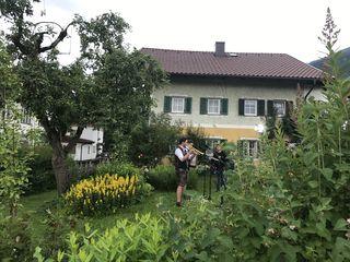 """Bei """"Guten Morgen Österreich"""" auf ORF z zu sehen: Die Wildkogel Buam vor dem Stoitzner-Haus im Zentrum des Ortes."""