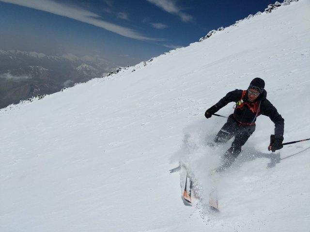Nach erfolgreicher Schnellbesteigung auf den 5.610 Meter hohen Damavand fährt Dr. Summer mit den Ski ab