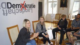 SchülerInnen der Polytechnischen Schule Jenbach beim diskutieren mit LA Ing.in Kathrin Kaltenhauser und LA Elisabeth Fleischanderl.