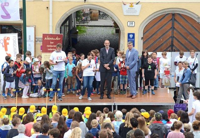 """Auf der Bühne des Projekt-Abschlussevents """"Forschung - Jugend - Zukunft"""": Initiatorin Doris Fischer See (Mitte) mit Bildungsminister Heinz Faßmann und Bürgermeister Martin Schuster (v. l.)"""
