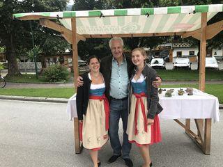 Tourismus-Obmann Walter Innerhofer (Busunternehmen Innerhofer) mit Viktoria Kaserer (links) und Madeleine Patsch vom TVB Neukirchen-Bramberg