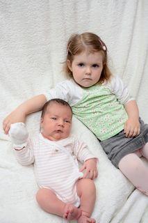 Ich pass schon auf dich auf! Johanna ist nun die große Schwester und umsorgt die kleine Magdalena ganz liebevoll