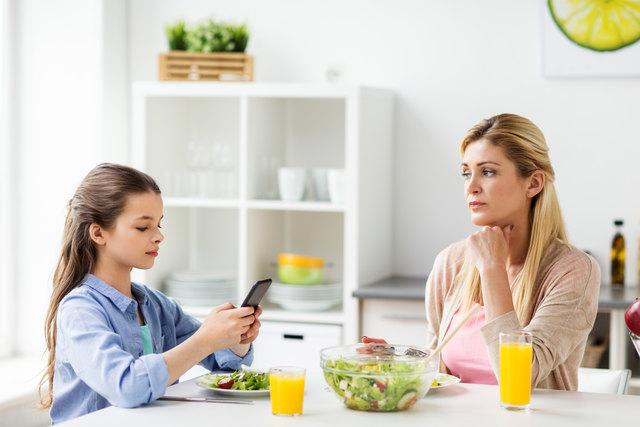 Wenn das eigene Kind ständig online ist, müssen Eltern hellhörig werden.