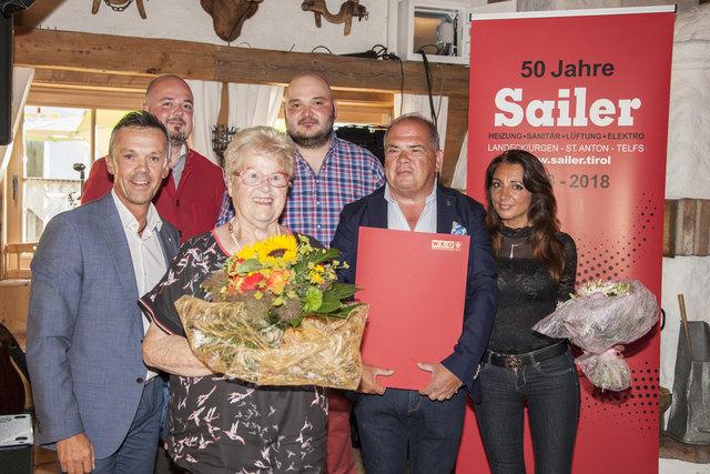 Verleihung der Ehrenurkunde an die Familie Sailer : WK-Bezirksstellenleiter Otmar Ladner, Florian Sailer, Seniorchefin Irma Sailer, Dominik Sailer, Günther Sailer mit Agnes (v.l.).