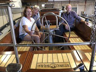 Probesitzenim neuen künstlerisch gestalteten Cockpit: Ingrid und Heinfried Gessinger, Christoph Potmesil.