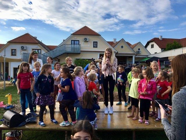 Lisa Mikolaschek begeisterte die kleinen Fans auf der Bühne.