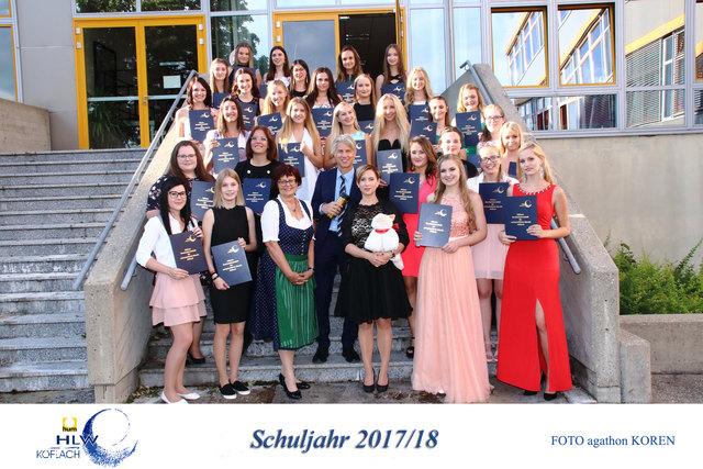 Die 28 erfolgreichen Maturantinnen der HLW Köflach mit Klassenvorständin Anna Hirtl