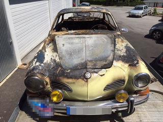 Fahrzeugbrand auf der Kaunerberger Landesstraße: Der Oldtimer brannte komplett aus.