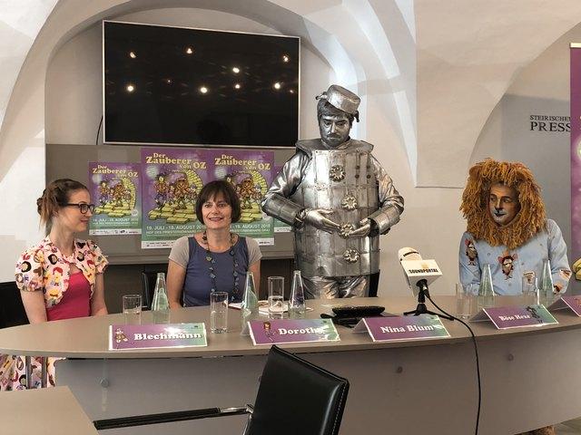 Zauberhaft: Märchensommer-Intendantin Nina Blum (2.v.l.) mit Dorli, dem Blechmann und dem Löwen.