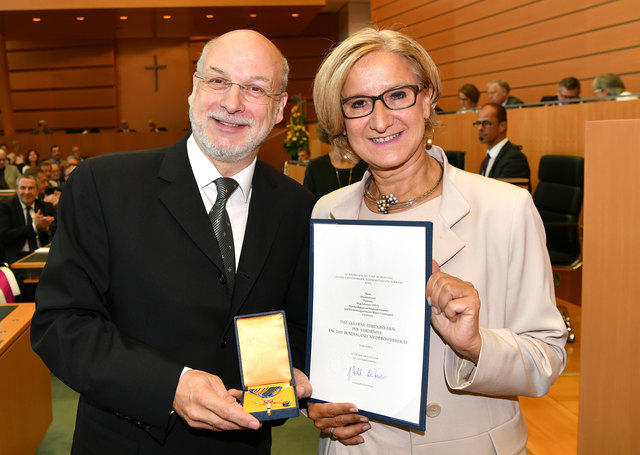 Landeshauptfrau Mag. Johanna Mikl-Leitner überreichte das Goldene Ehrenzeichen für Verdienste um das Bundesland NÖ an OSR Prof. Mag. Johannes Dietl