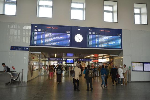 Bahnhof St. Pölten: Die Kassenhalle wird von der Polizei in regelmäßigen Abständen patrouilliert. Durch die Präsenz vor Ort soll auch das subjektive Sicherheitsgefühl erhöht werden.