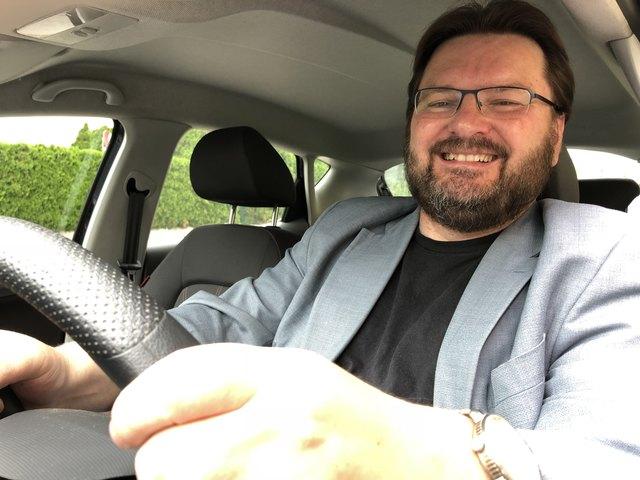 Bezirksblätter-Redakteur Michael Holzmann auf Vergleichsfahrt auf zwei 150-km-Runden durch den Wienerwald und auf der A1.