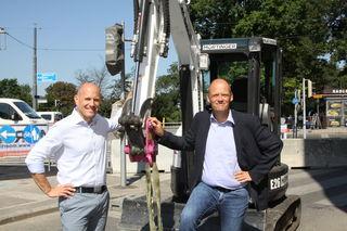 Die ersten Vorzeichen der Baustelle sind an der Ecke Winckelmannstraße und Linke Wienzeile, vor Ort waren Thomas Keller (MA 28) und Baustellenkoordinator Peter Lenz.