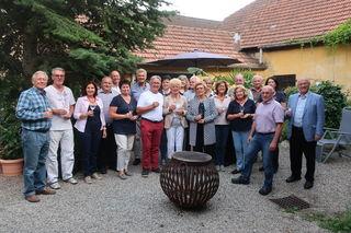 Obmann Weindechant Wolfgang Payrich, Obmann-Stellvertreter Norbert Fidler sowie Hans und Martina Mück mit zahlreichen Freundinnen und Freunden des Traisentaler Weines bei der Sommerweinverkostung.