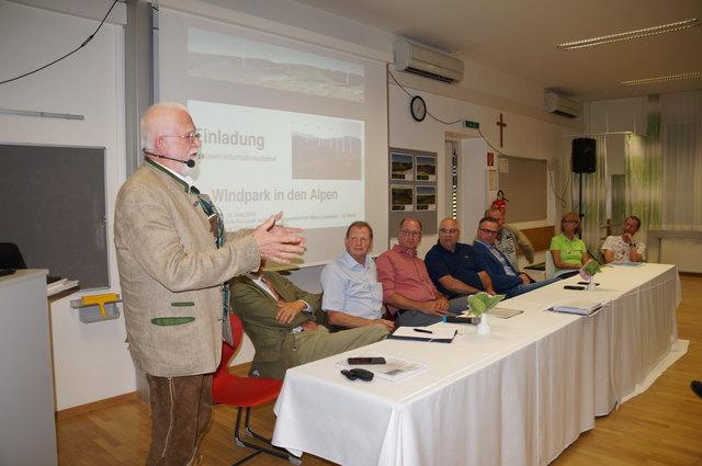 Hauptreferent Herbert Jungwirth mit Vertretern von Vereinen und den Bgm. Kurt Riemer und Helmut LInhart