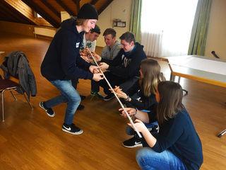 Teamwork in der Praxis: Gemeinsame Übungen helfen das Verständnis für Gruppendynamiken zu fördern