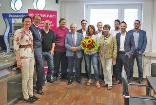 Pressebild-1: Bürgermeister Mag. Matthias Stadler und Vizebürgermeister Ing. Franz Gunacker gratulieren zum Firmenjubiläum.