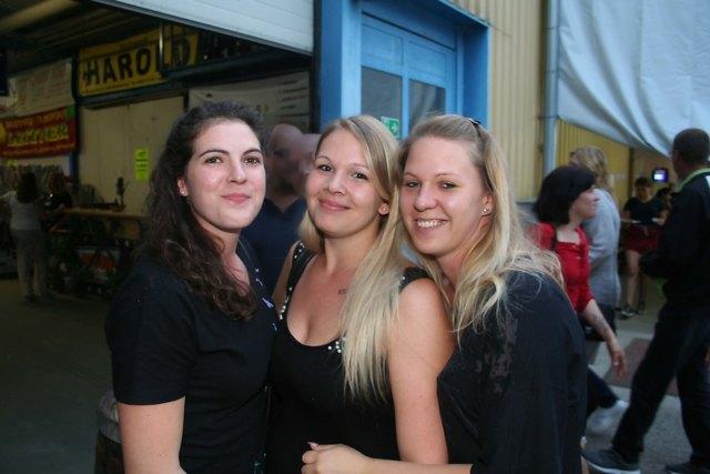 Die gute Stimmung beim Feuerwehrfest in Siegersdorf hat sie angelockt: Sabrina Teix, Iris Frischeis, Stefanie Agl.