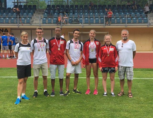 Die erfolgreichen Leichtathleten der SUR Lienz mit Trainerin Anna Mayer und Peter Walder (Sektionsleiter Stellvertreter LA)