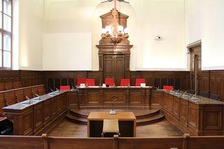 Im Schwurgerichtssaal am Rieder Landesgericht musste sich am 21. Juni 2018 ein Mann aus dem Bezirk Schärding wegen Körperverletzung verantworten. Er hatte im Rausch einen Polizisten verletzt.