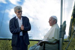 Filmemacher Wim Wenders mit Papst Franziskus beim Dreh eines Interviews.