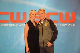 Denise Schamböck, SCW Marketing, begrüßte Oliver Pocher anlässlich der Fußball WM in der SCW.