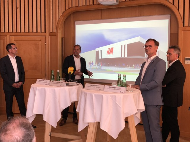 Jürgen Bruckner (Krocon), Rupert Heuberger-Vögl (Heureka Projektberatung), Bürgermeister Erwin Eggenreich und Finanzstadtrat Ingo Reisinger vor der H&M Visualisierung.