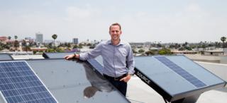Zero Mass Water CEO Cody Friesen präsentiert seine Source Panels, die Wasser aus der Luft gewinnen.