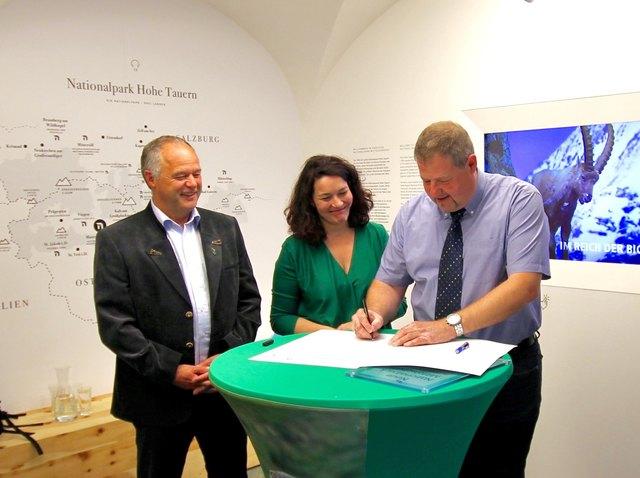 Direktor Hermann Stotter mit Ingrid Felipe und Markus Tönig.
