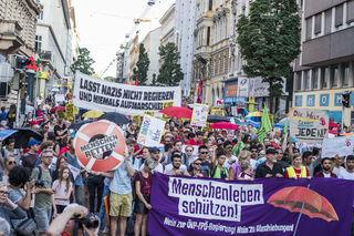 Kurz nach 20 Uhr stoppte die Demo an der Ecke Favoritenstraße/Rainergasse für eine Zwischenkundgebung.