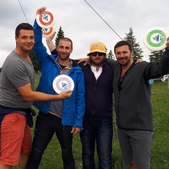 Auch die WOCHE Graz mit Geschäftsführer Helmut Schleicht (r.) beteiligte sich am Disc Golf Turnier.