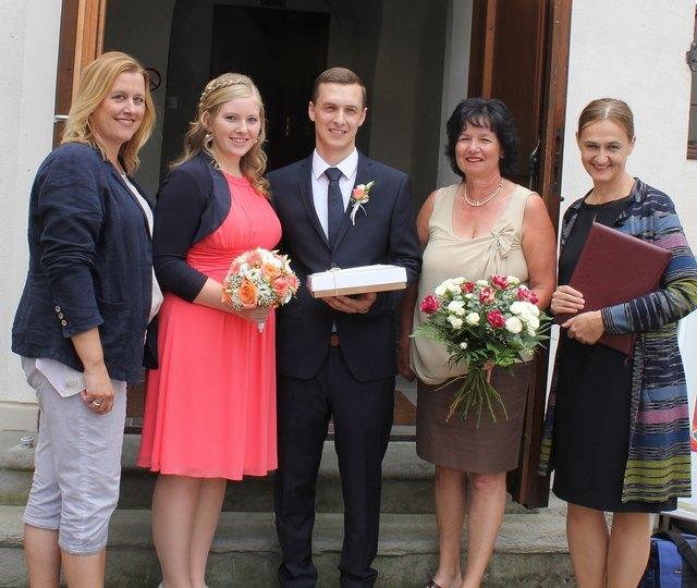 Gemeinderätin Beate Hochstrasser, Sandra Landstetter, Florian Rücklinger, Liane Naderer (Schlossverwaltung) und Standesbeamtin Karin Furian.