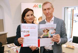 Bernadette Pöcheim und AK-Präsident Josef Pesserl präsentieren den fünften Kinderbetreuungsatlas.