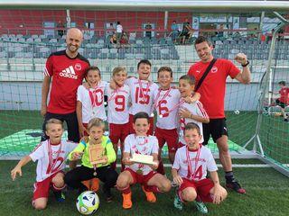 Siegermannschaft mit den Jungs Raphael (Tor), Isnel, Simon, Danijel, Dejan, Leonardo, Tobi, Luca, Luka sowie Trainer Peter Ornetzeder und Thomas Schwaiger.